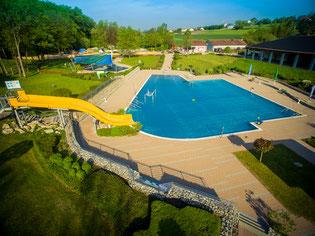 Bei einer Fläche von 25m x 9,8m hat das Becken ein Volumen von 730m³ Wasser.