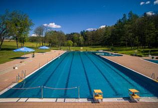 Bei einer Länge von 50m  und einer Breite von 12,50m fasst das Becken knapp 1350m³.
