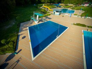 Mit einer Tiefe von 5,05m und einer Länge von 13,85m x 16,15m fasst das Becken gute 900m³ Wasser.