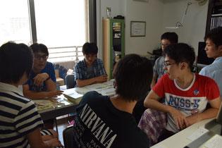 Room1での塾超を囲んでグループ指導(高校部)