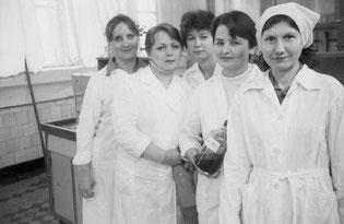 На снимке: работницы комсомольско-молодежного коллектива лаборатории цеха № 3 Волгодонского химического завода Е. КЕТНЕР, Е. АКСЕНОВА, Г. КИРИЧЕНКО, Н. БОРИСЕНКО, Л. КИТАИСКАЯ.