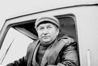 Ударник коммунистического труда, бригадир водителей большегрузных автомобилей «КамАЗ*, коммунист Семен Алексеевич СЕМЕНДЯЕВ — один из старейших водителей на автобазе № 1. На этом предприятии он трудится уже около 30 лет.