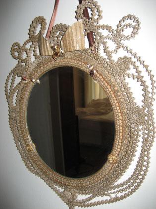 Miroir rond en dentelle de carton et ruban de satin chocolat