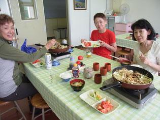 夕食はジンギスカン、自分達で焼きます。