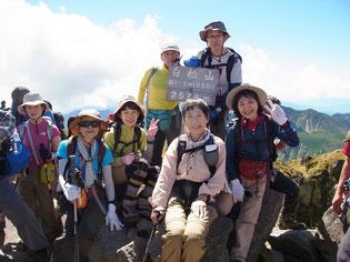 日光白根山山頂にて。順番待ちでの記念撮影です