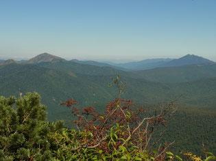 武尊山山頂から,尾瀬方面・・・ 左 至仏山  右 燧ヶ岳