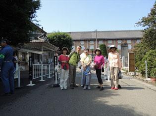 世界遺産「富岡製糸工場」正面で記念撮影