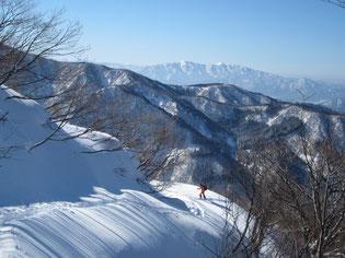 急斜面は林道を利用して登行  遠くに部子山~銀杏峰