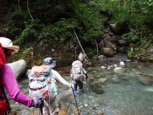 額平川を渡渉しながら登っていきます