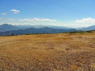 山頂から左端、燧ヶ岳。 右端、至仏岳。その間が尾瀬ケ原
