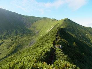 この稜線をぐるりとまわり幌尻岳山頂へ向かいます