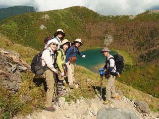 五色沼を眺めながら下山