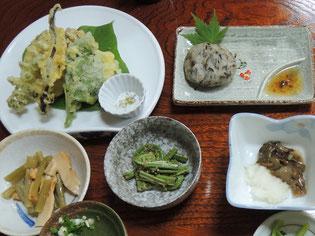 民宿の夕食 山人(やもうど)料理 (山椒魚の天ぷら、熊の油も)