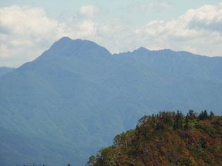 武尊山山頂から、昨日登った皇海山アップ