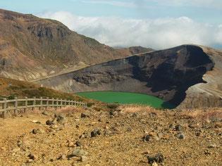 刈田岳近くの稜線から、お釜