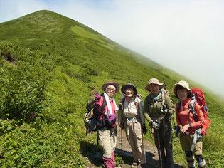 戸蔦別岳(1,959m)をバックにメンバー