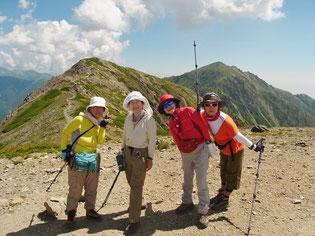 前岳 (3,068m)にて中岳と(右)東岳(悪沢岳)をバックに
