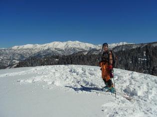 こつぶり山山頂(1,264m)山頂にて白山をバックに