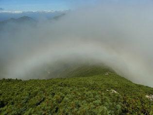稜線を越えてガスが流れる。そこに虹が現れた~。
