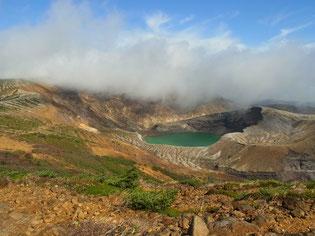 刈田岳山頂からお釜