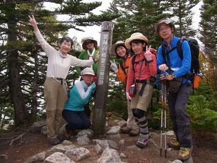 メンバー全員で皇海山山頂で