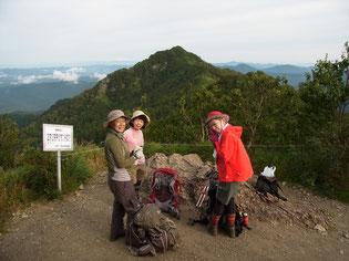 望岳台にて滝ノ沢岳をバックに