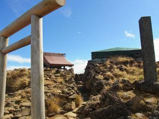 山頂にある蔵王山神社です