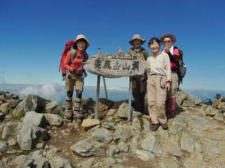 真っ青な空の下、幌尻岳山頂(2,052.8m)に到着です