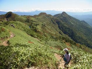 武尊山登山道より振り返って天狗尾根の稜線