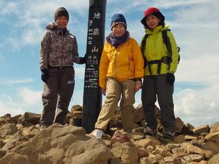 地蔵岳山頂で、寒さ対策で着膨れています