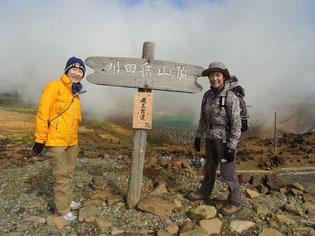 山頂標識で。風が強くて寒いです