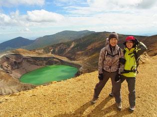 今度は熊野岳直下から、お釜をバックに
