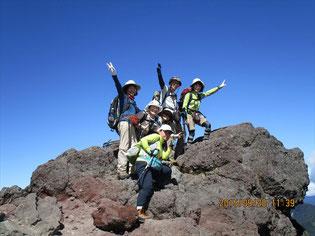 ヤッター 日光白根山! 山頂横の大岩で喜びを表現