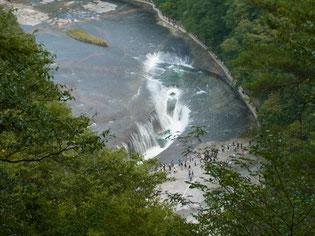 帰り、悪路の林道を出てすぐにある「吹割の滝」を見学
