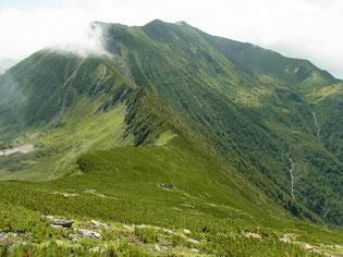 戸蔦別岳の登りより振り返って幌尻岳と北カールと七つ沼カール