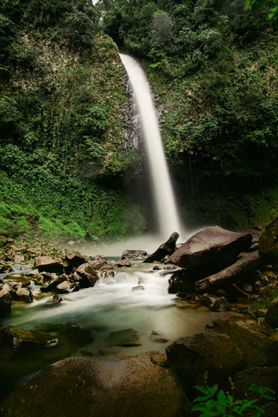 Arenal waterfall, Costa Rica - How To Plan The Perfect Road Trip In Costa Rica With Your Parents © Nussbaumer Photography @Mafambani @nussbaumerphoto