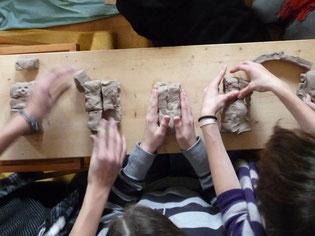 gemeinsames Bauen der Modelbrücke aus Ton