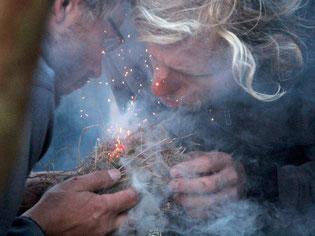 im Einklang wird ein kleines Feuer entfacht