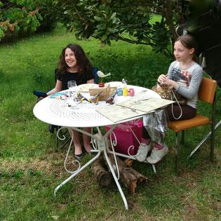 Nos deux petites vendeuses proposent aux visiteurs de charmants oiseaux