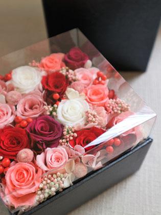 お祝い電報やプロポーズ、両親へのプレゼントとして贈るプリザーブドフラワーのボックスフラワー