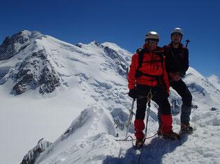 A la sortie de l'Arête des Cosmiques, sur fond de Mt-Blanc