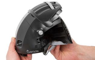 Im Anschluss werden die Seiten des Helms eingeklappt