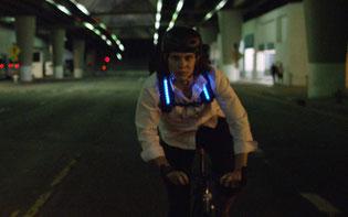 Rucksack mit Bremslicht und Blinkern ©Lumenus