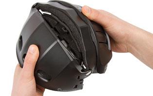 Über die eingeklappten Seitenteile wird die obere Schale geklappt und formschlüssig mit den Seitenteilen und der Frontschürze verbunden