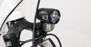 Für sicheres Fahren bei Dunkelheit sorgt die Lampe Blueline 30 von Axa
