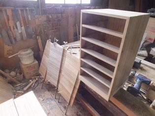 長持の桐材を使い桐箱を作っています。本体は出来たので残りの材を集め引出パーツを作りました。