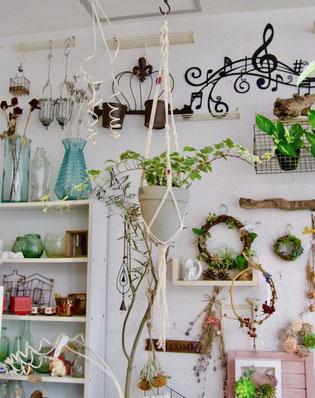 練馬桜台ガーデニングショップかのはの生徒さんの作品です。植物をおしゃれに引き立ててくれるプランツハンガーを自分の好みに製作されました。ご自宅に飾る楽しみにもなりますよね。練馬桜台 ガーデニングショップかのはの