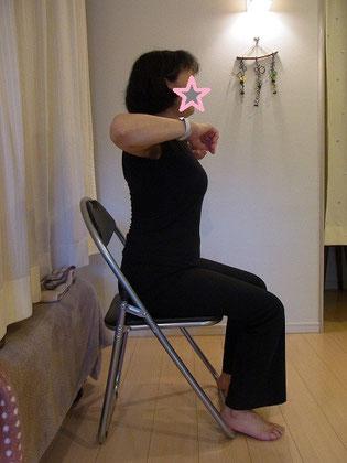 猫背を改善予防する「菱形筋」を鍛えます。しっかりと前を見て歩け転びにくくなります。首肩こりのある方もこの運動をすることでこりが軽減します。