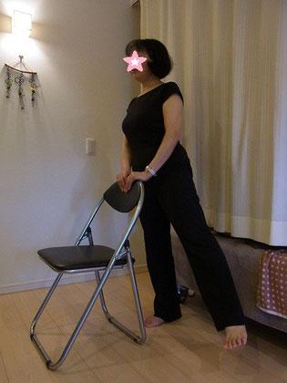 片足で立った時に骨盤を支える「中殿筋」を鍛えます。横へ転ぶのを防げます。