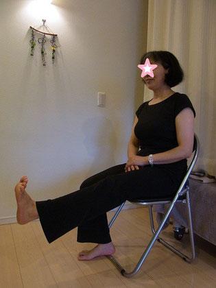 膝を伸ばすための「内側広筋」を鍛えます。歩幅広く歩け転びにくくなります。膝痛のある方もこの運動をすると痛みが軽減します。